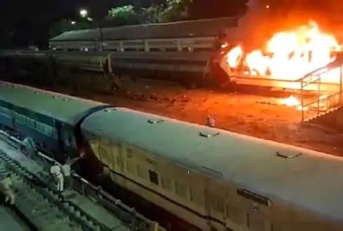 ...आणि पाहता पाहता स्थानकात उभ्या असलेल्या पॅसेंजरला लागली आग, पाहा VIDEO