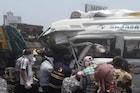 मुंबई-पुणे एक्स्प्रेस वेवर भीषण अपघातात मिनी बसचा चक्काचूर, 5 जण गंभीर