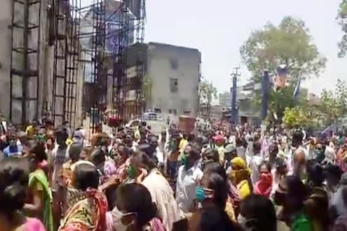 मोठी बातमी! पुण्यात प्रतिबंधित क्षेत्रात नागरिकांचा उद्रेक, रस्त्यावर उतरल्या शेकडो महिला