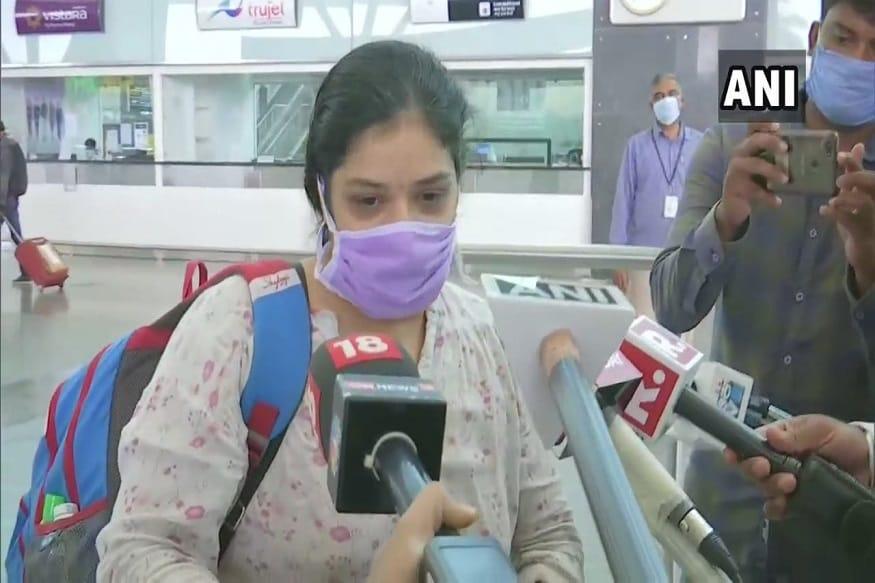 5 वर्षांचा विहाननं दिल्लीहून बंगळुरूला पोहचला. विहानची आई त्याला विमानतळावर घेण्यासाठी आली होती. विहान आणि त्याची आई यांची तब्बल 3 महिन्यांनी भेट झाली. मात्र आईला नीट भेटता आलं नाही.