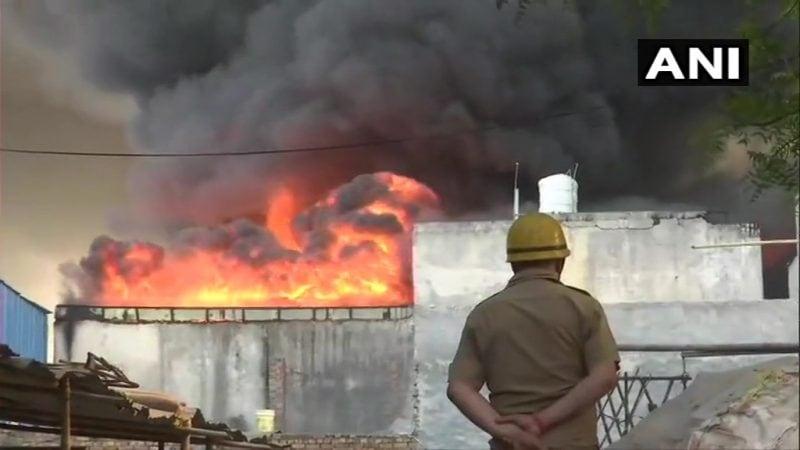 आगीनं पाहता पाहता काही मिनिटांत रौद्र रुप धारण केलं होतं. ही आग मध्यरात्रीच्या सुमारास लागल्याची माहिती मिळत आहे.