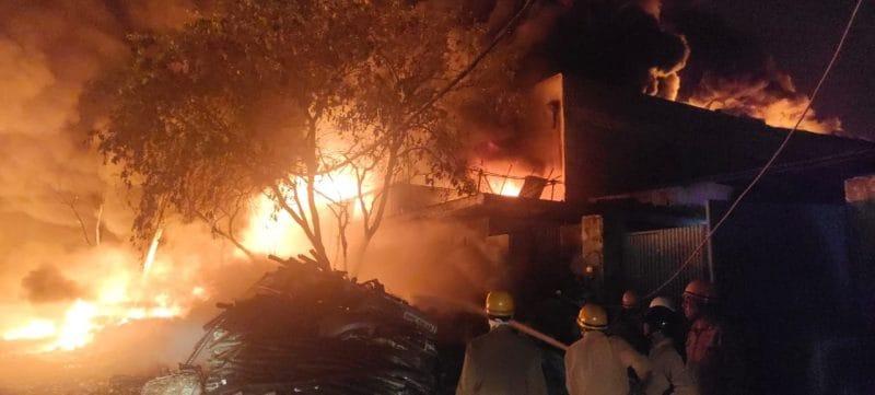या आगीमध्ये कोणती जीवितहानी झाली की नाही याबाबत अद्याप माहिती मिळू शकली नाही.
