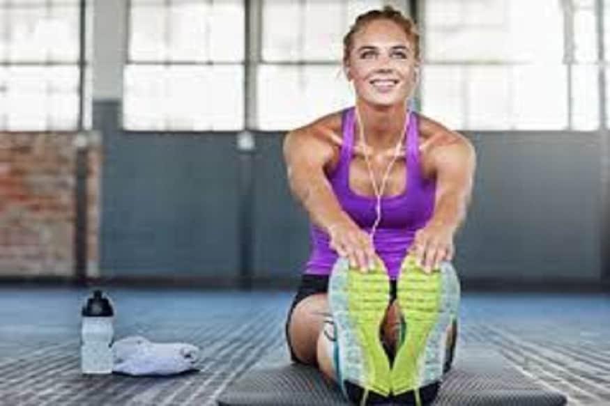 दररोज व्यायाम केल्याने रक्तदाब नियंत्रणात ठेवण्यात मदत मिळते. त्यामुळे कमीत कमी अर्ध्या तासासाठी व्यायाम करा. चालणे, पळणे, पोहणे, सायकलिंग आदी व्यायाम करता येतील. आठवड्यातून किमान दोन वेळी तरी वेळातरी वेट ट्रेनिंग करावे. नियमित व्यायाम करूनही वजन कमी होत नसेल, तरी उच्च रक्तदाब नियंत्रणासाठी तो फायदेशीर आहे हे लक्षात ठेवावे.