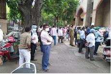कोरोना रुग्ण वाऱ्यावर तर कर्मचारी आंदोलनावर, मुंबईतल्या केईएममधला गंभीर प्रकार