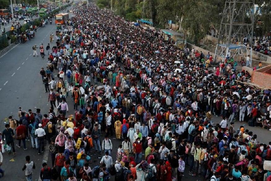 गाझियाबाद- प्रवासी कामगारांनी बस स्टेशनबाहेर गर्दी केली होती. पहिला 21 दिवसांचा लॉकडाऊन संपल्यानंतरचा हा फोटो आहे. (फोटो सौजन्य- REUTERS/Anushree Fadnavis)