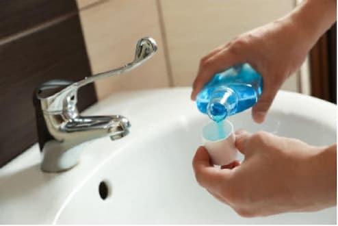 आता सॅनिटायझरप्रमाणे Mouthwash देखील कोरोनाव्हायरसपासून करणार बचाव