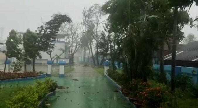 ओडिशाच्या परादीप बंदरावर सुरुवातीला वादळाने थैमान घातलं. शेकडो झाडं उन्मळून पडली.
