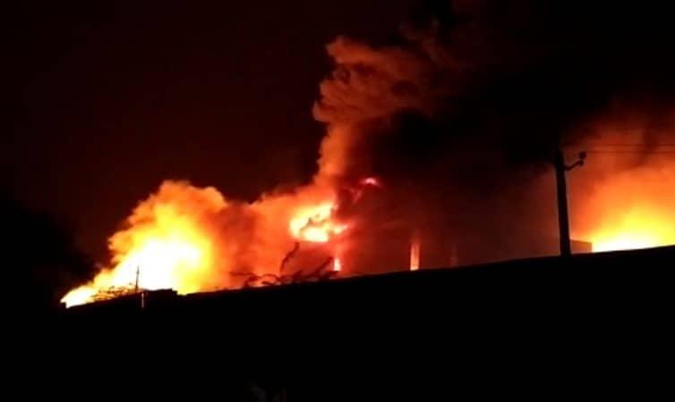 केमिकल फॅक्ट्रीत आग भडकली त्यावेळी आतमध्ये कोणी अडकलं आहे की नाही याबाबत अजून कोणतीही माहिती मिळू शकली नाही.