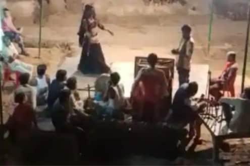 गावकऱ्यांना कोरोनाचा विसर; बारबालांचे नृत्य पाहण्यासाठी नागरिकांची मोठी गर्दी