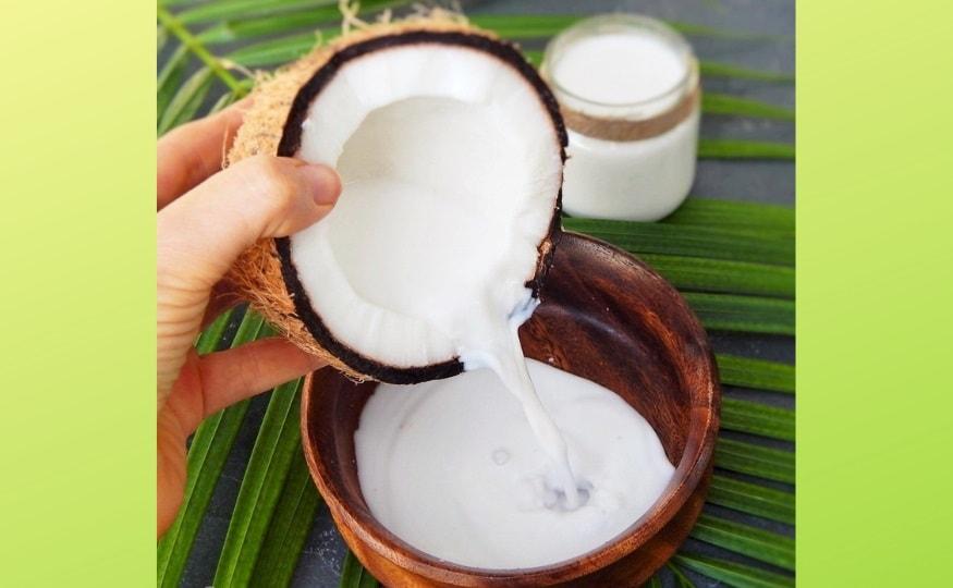 नारळाचं दूध - नारळाचं दूध ब्लड कोलेस्ट्रॉलची पातळी नियंत्रणात ठेवण्यास आणि वजन कमी करण्यात मदत करत असल्याचं मानलं जातं. नॉन डेअरी दुधापैकी एक असलेल्या नारळाच्या दुधात पोषक घटक कमी असतात.