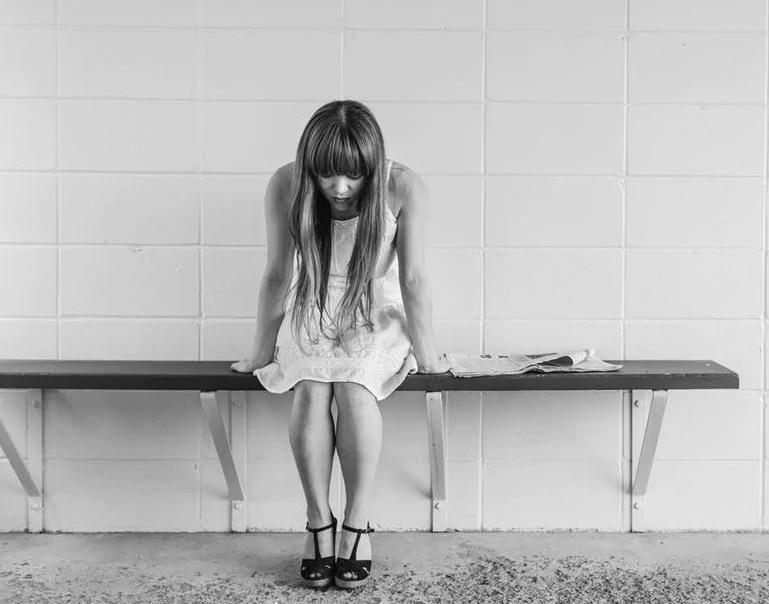 संबंधित व्यक्ती तुमच्यापासून किंवा इतर मित्रमैत्रिणींपासून दूर राहत असेल, स्वत:ला एकटं समजत असेल तर ती डिप्रेशनमध्ये असू शकते.
