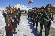 मोदींच्या दौऱ्यानंतर चीन घाबरला! LAC वर 1.5 किमी मागे जाणार चिनी सैन्य