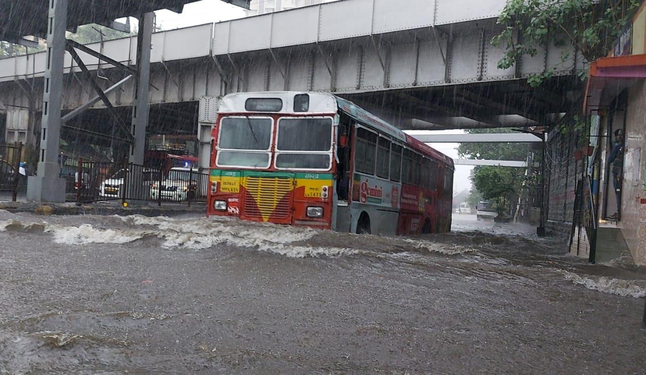 विजांच्या कडकडाटासह मुंबईसह उपनगरांमध्ये पावसानं जोर धरला आहे.