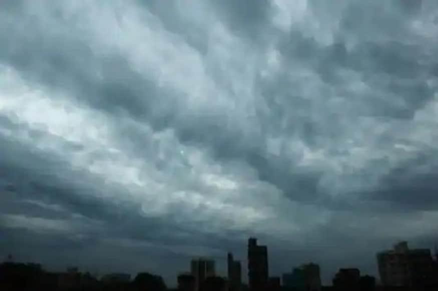 कोरोना विषाणूचा सामना करणाऱ्या महाराष्ट्रावर आता चक्रीवादळाचं नवं संकट आलं आहे. हवामान खात्याच्या म्हणण्यानुसार, बुधवारी वादळ मुंबईजवळ अलिबागच्या किनाऱ्यावर पोहोचण्याची शक्यता आहे. (फोटो – अयाज अहमद, न्यूज 18)