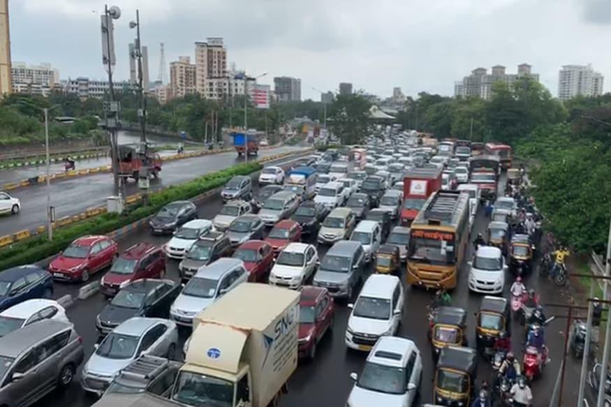 ज्या गाड्या अनावश्यक कारणासाठी रस्त्यावर आहेत त्यांच्यावर ही कारवाई होत आहे.