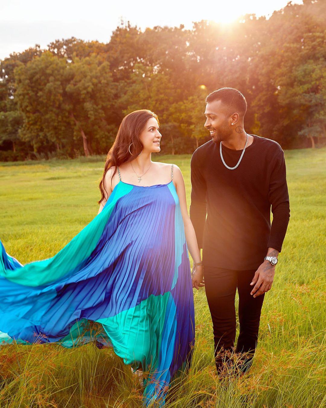 नताशा आणि हार्दिक यांनी केलेलं हे मॅटर्निटी फोटोशूट ज्यामध्ये नताशाने निळ्या रंगाचा ड्रेस घातला आहे. तिचा ड्रेस प्रत्येकाचं लक्ष वेधून घेत आहे.