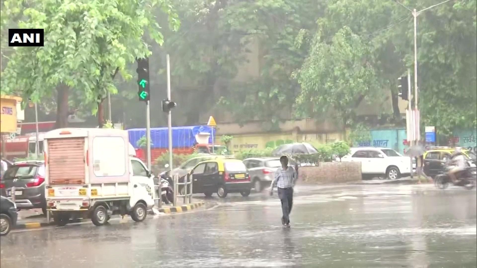मुंबई, ठाणे, पालघर जिल्ह्यांत हवामान खात्याने रेड अलर्ट दिला होता.