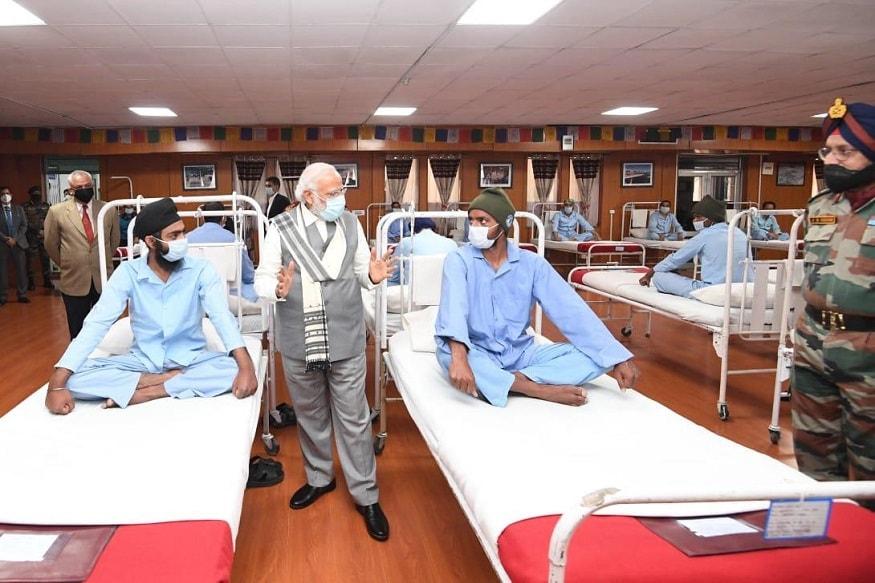 पंतप्रधान नरेंद्र मोदी यांनी शुक्रवारी सकाळी अचानक लडाख दौऱ्यावर गेले.