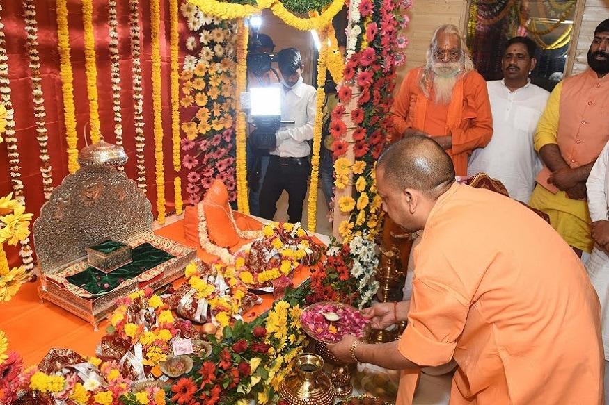 अयोध्या: अयोध्येत राम मंदिराच्या भूमिपूजनाच्या तयारीला आता वेग आला आहे. मुख्यमंत्री योगी आदित्यनाथ यांनी आज अयोध्येचा दौरा केला आणि तयारीचा आढावा घेतला.