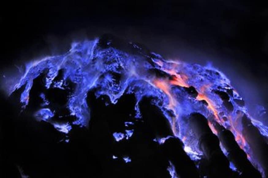 इंडोनेशियातीलकावा इजेन ज्वालामुखी आहे, ज्याच्या या निळ्या रंगाने सर्वांचं लक्ष वेधून घेतलं आहे.