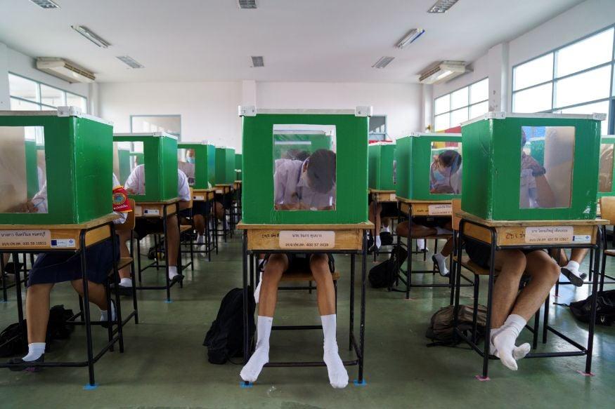 थायलंडमधीलच सॅम खोक स्कूलमध्येवर्गात मुलांच्या समोर असे बॉक्स ठेवण्यात आलेत. ज्याला समोर एक काच आहे ज्यातून त्यांना समोरचं दिसू शकतं. मात्र आजूबाजूचा विद्यार्थी या बॉक्समधून दिसणार नाही.(Image: Reuters)