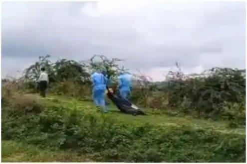 निर्दयी! कोरोनामुळे मृत्यू, दफनासाठी 500 मीटर खेचत नेला मृतदेह; VIDEO पाहून स्थानिक संतप्त