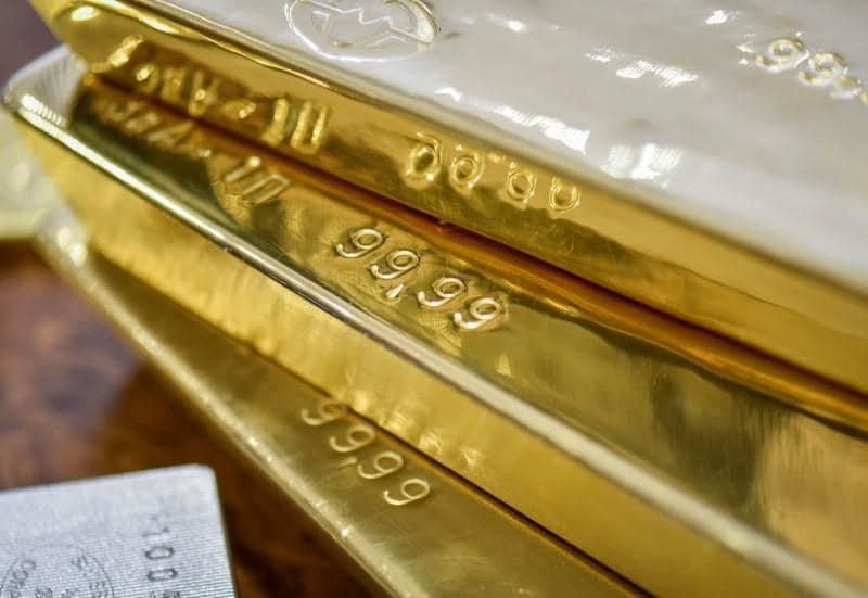 पारंपरिक पद्धतीने सोने खरेदी करण्यापेक्षा सॉव्हरेन गोल्ड बाँड खरेदी करण्याचे अतिरिक्त फायदे मिळतात. सोन्याच्या किंमतीमधील फायद्या व्यतिरिक्त 2.5 टक्के दराने व्याज देखील मिळते.