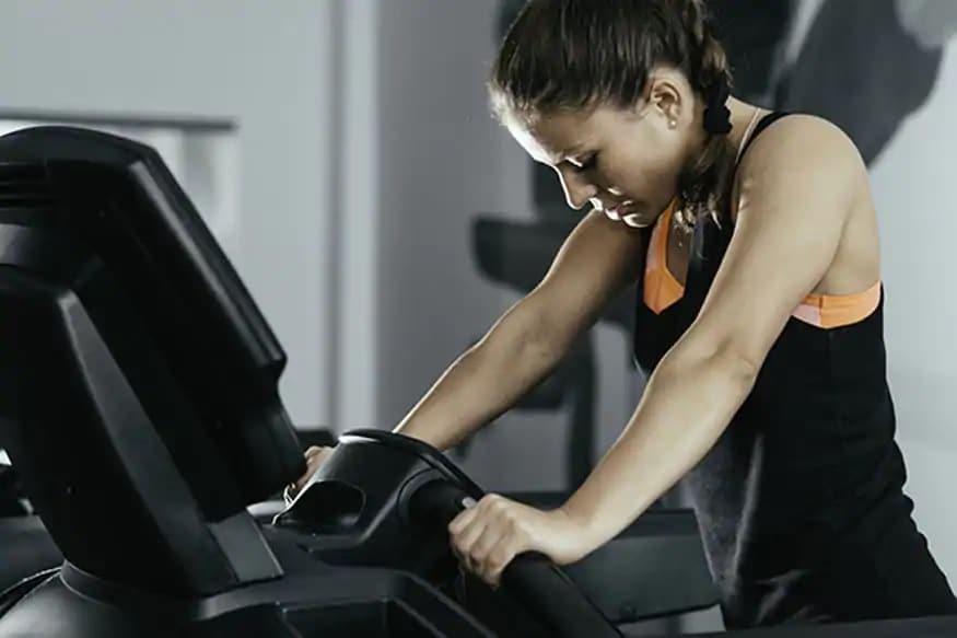 तर काही तज्ज्ञांनी सांगितलं ब्रेकफास्ट करण्यापूर्वी व्यायाम करणंही फायद्याचं आहे. इतकंच नव्हे तर व्यायाम करता करताही तुम्ही हलके पदार्थ खाण्यास हरकत नाही. कारणवर्कआऊटकरतानाफॅट्स बर्न होतात.