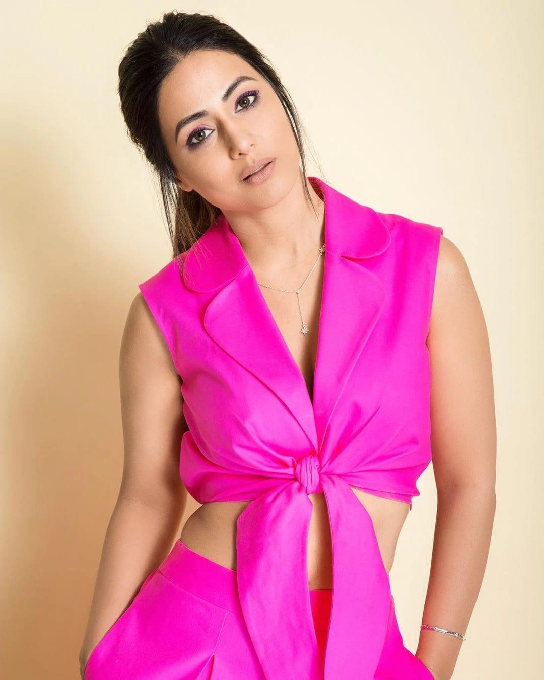 छोट्या पडद्यावर अक्षराची भुमिका करत संपूर्ण देशाची मन जिंकणारी अभिनेत्री हिना खान (Hina Khan) सध्या सोशल मीडियावर चर्चेत आली आहे ती आपल्या बोल्ड फोटोशूटमुळे. (Photo Credit- realhinakhan/Instagram)