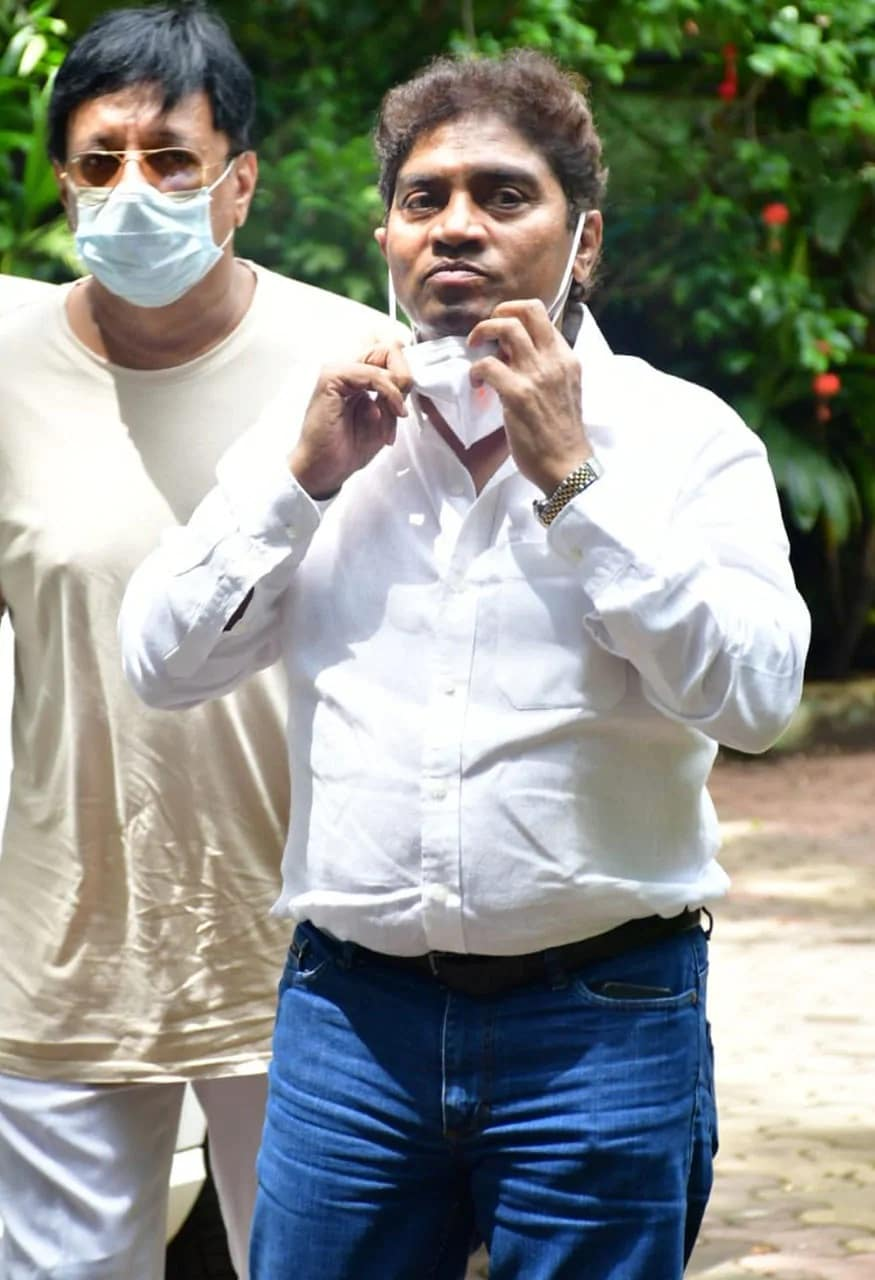 जगदीप जाफरी यांच्यावर दक्षिण मुंबईत अंतिम संस्कार पार पडले. त्यांच्या शेवटच्या दर्शनासाठी प्रसिद्ध कॉमेडियन आणि अभिनेता जॉनी लिव्हर देखील उपस्थित होता. (फोटो सौजन्य- Viral Bhayani)