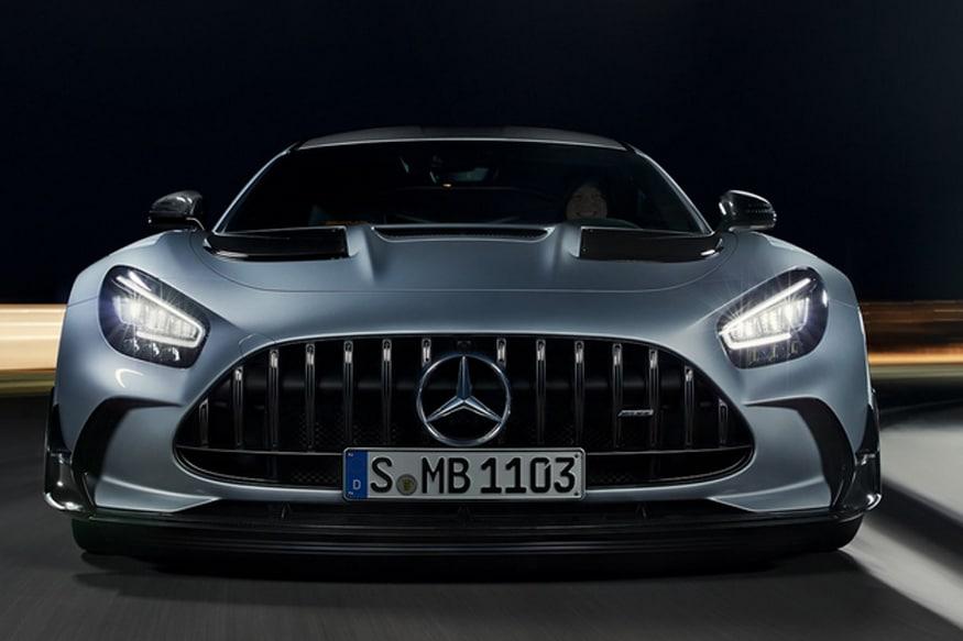 Mercedes-AMG GT Black मध्ये पॉवरफुल 4.0 लिटर V8 इंजिन दिले आहे. आता V8 इंजन असल्यामुळे तब्बल 700 bhp इतकी पॉवर मिळेल. जे 900 Nm इतका पीक टॉर्क जेनरेट करते. इतके पॉवरफुल्ल इंजिन म्हटल्यावर कारचा वेग किती गाठू शकते याचा विचार न केलेला बरा.