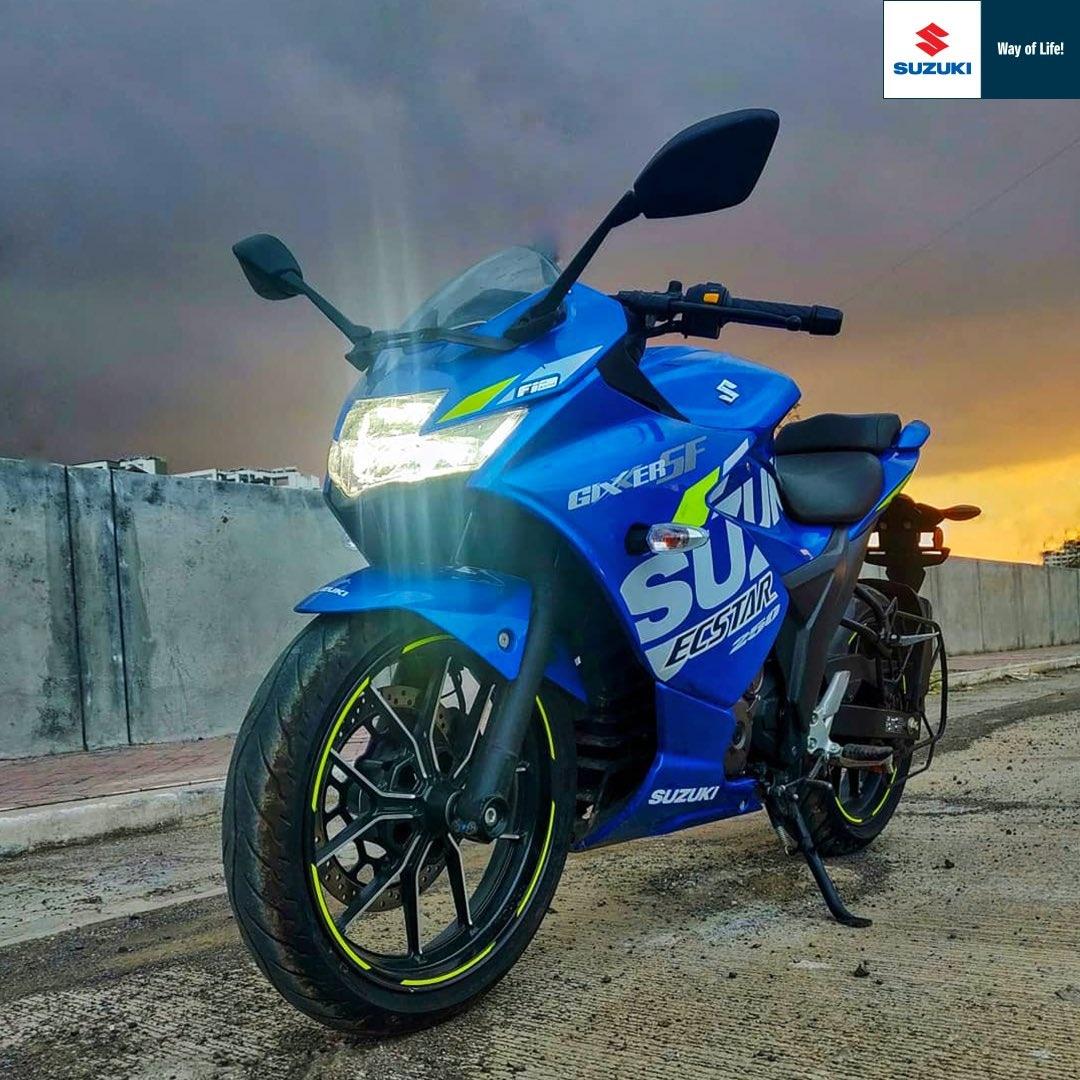 सुरक्षेच्या दृष्टीकोनातून या गाडीत डुअल-चॅनल अँटी-लॉक ब्रेकिंग सिस्टिम (ABS) फिचर्स दिले आहे. Suzuki Gixxer SF250 ची मुंबईत एक्स-शोरूम किंमत 1.63 ते 1.83 लाख रुपये इतकी आहे.
