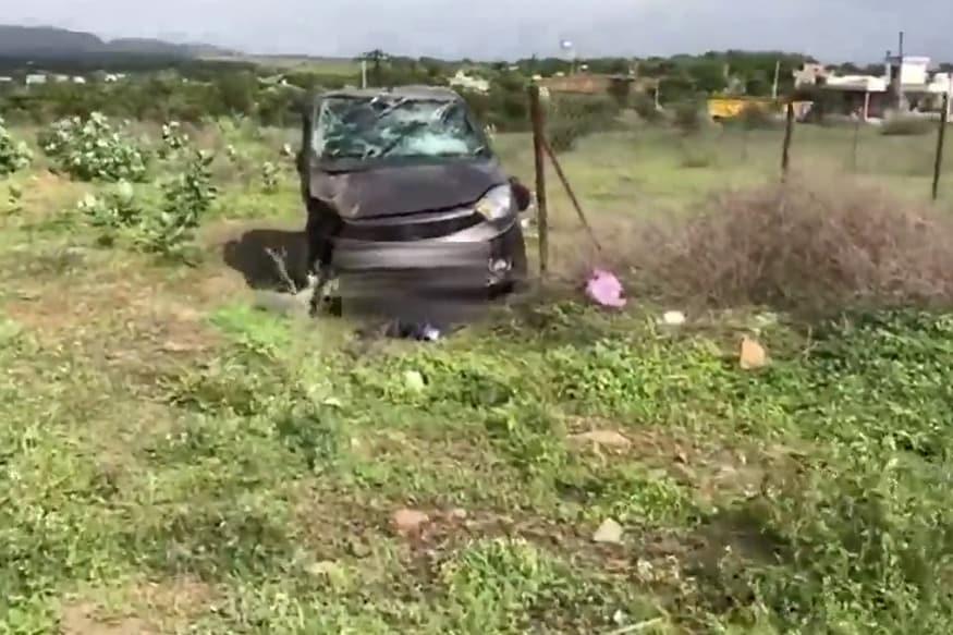 टाटा Tiago कारमधून एक दोन मुलांसह हे दाम्पत्य घरी येत होतं. तेव्हा भरधाव वेगात आलेल्या मारुती सुझुकी Swift ने धडक दिली.