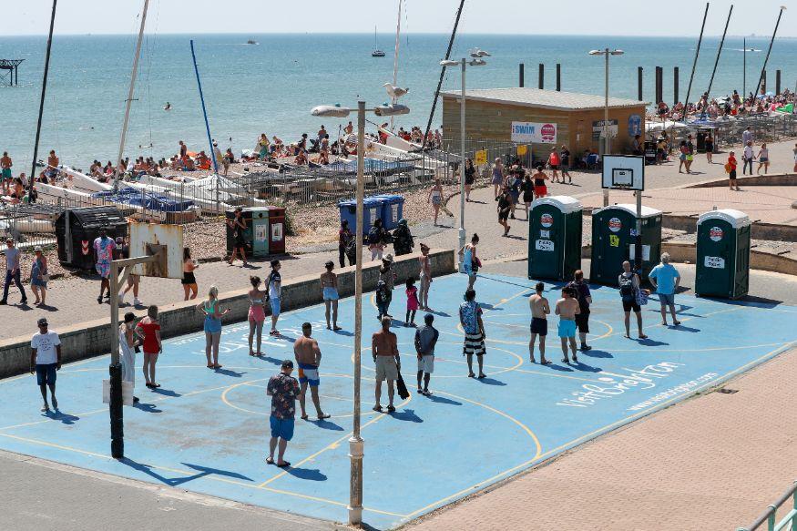 लोक बीचवरही जाऊ लागलेत. ब्रिटनमधील ब्रिगटॉन शहरातील बीचवरील हे दृश्यं आहे. सार्वजनिक शौचालयासाठी पुरेसं अंतर राखत रांगा लागल्या आहेत. (फोटो सौजन्य - रॉयटर्स)