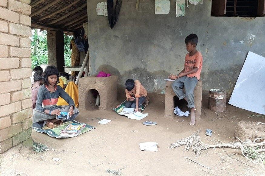 ही मुलं आश्रमातच राहतात. इथे त्यांना वेगवेगळ्या प्रकारचं शिक्षणही दिलं जातं. पुस्तकी ज्ञानासोबतच आयुष्यातील वेगवेगळ्या प्रसंगांना कसं समोरं जायचं याचे धडेही या शाळेत मुलांकडून गिरवून घेतले जातात.