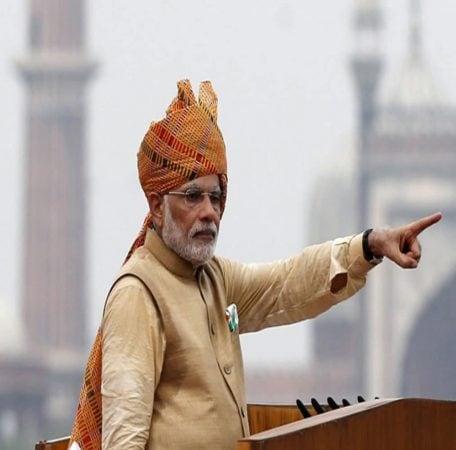 यानंतर 2015मधील स्वातंत्र्य दिनावेळी पंतप्रधान मोदींचा खास लुक पाहायला मिळाला. त्यांनी कुर्ता, पायजमासह मस्टर्ड रंगाची पगडी परिधान केली होती.
