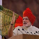 2014मध्ये पंतप्रधान म्हणून नरेंद्र मोदी यांनी पहिल्यांदा लाल किल्ल्यावरून देशाला संबोधित केलं होतं. यावेळेस त्यांनी लाल आणि पिवळ्या रंगाची पगडी परिधान केली होती.