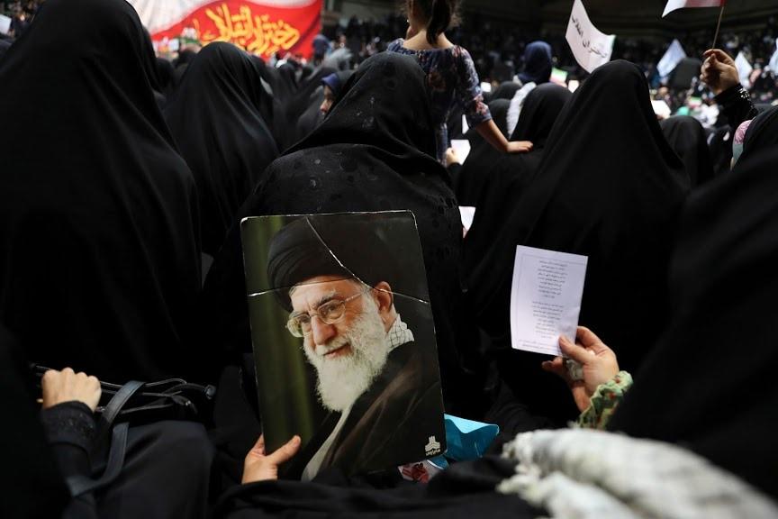 इराण हा जगातला शियाबहूल एकमेव देश आहे. त्यामुळे जगभरातल्या शिया पंथियांमध्ये खामेनई यांना मानलं जातं.