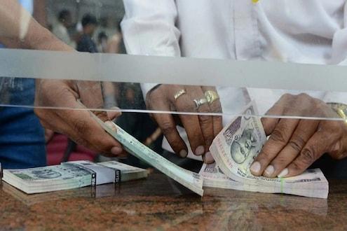 निवृत्तीनंतर Axis Bank मध्ये जमा केले तब्बल 40 लाख रुपये, अचानक खातं झालं रिकामी