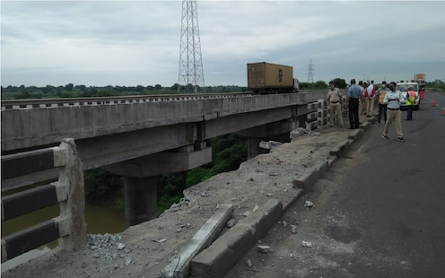 चालकाचा डोळा लागला अन् गाडी पुलावरून नदीत कोसळली, अपघातानंतरचा भयंकर VIDEO समोर