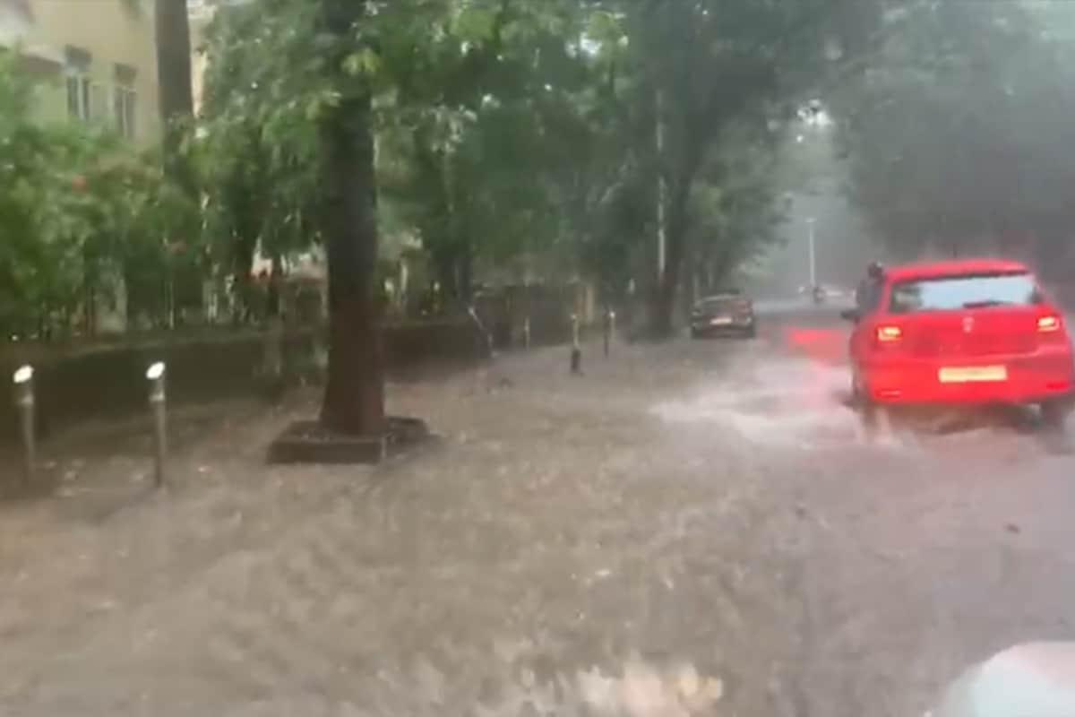 मुंबईत अनेक रस्ते पाण्याखाली गेली आहेत. वृक्ष भुईसपाट झाली आहेत. यात अनेक गाड्यांचं मोठ नुकसान झालं आहे.