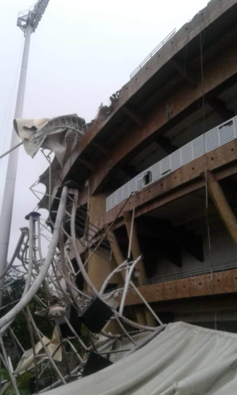 डी.वाय. पाटील स्टेडियमवरील पत्र्याचं शेड उडून गेल्याचं पाहायला मिळालं. तसंच काही भाग खाली कोसळल्याचं फोटोंमधून दिसत आहे.