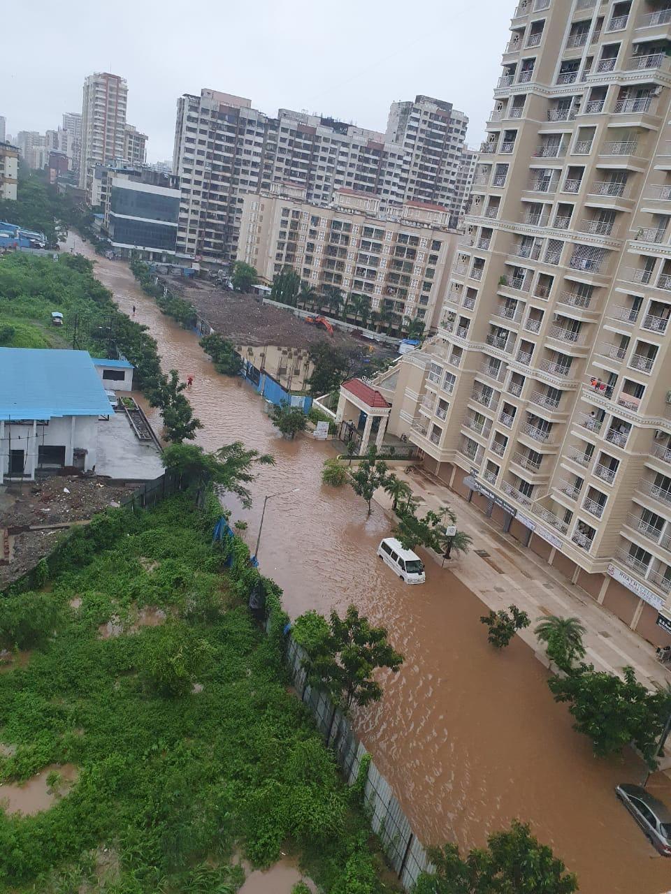 अनेक सखल भागांमध्ये पुन्हा एकदा पाणी साचायला सुरुवात झाली आहे. मुंबई, ठाणे आणि परिसराला मंगळवारी पावसाने झोडपून काढलं. पावसाचा हा जोर पुढचे दोन दिवस कायम राहणार आहे. पुणे वेधशाळेने हा इशारा दिला आहे.
