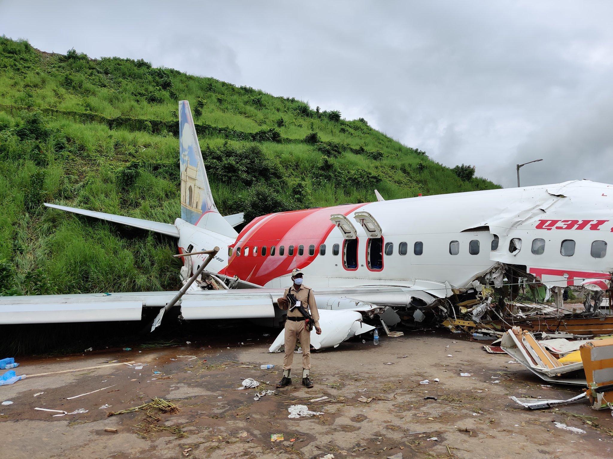 विमानाचे दोन तुकडे झाले होते. प्रवाशांचं सामान अस्ताव्यस्त पडलं होतं. खुर्च्या मोडून पडल्या होत्या.