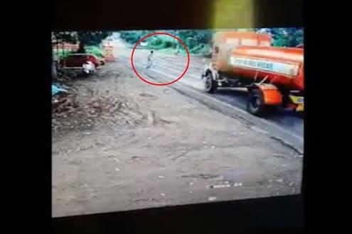VIDEO : पुण्यात रस्ता ओलांडताना घडला भीषण अपघात, अंगावर काटा आणणारी 25 सेकंद