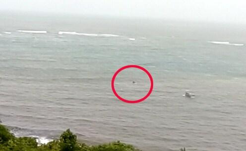 दाभोळ खाडीत मच्छिमारांच्या बोटीला जलसमाधी, LIVE VIDEO मध्ये पाहा थरार