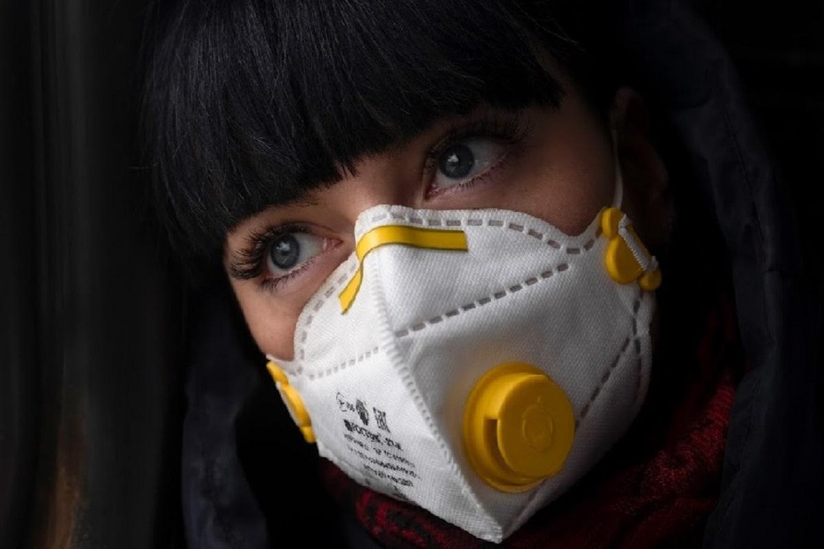 महिला या कोरोनाव्हायरसच्या परिस्थितीशी अधिक संपर्कात येत आहे आणि त्यामुळे त्यांच्या मनात चिंतेनं घर केलं आहे, असंतज्ज्ञांनी सांगितलं.