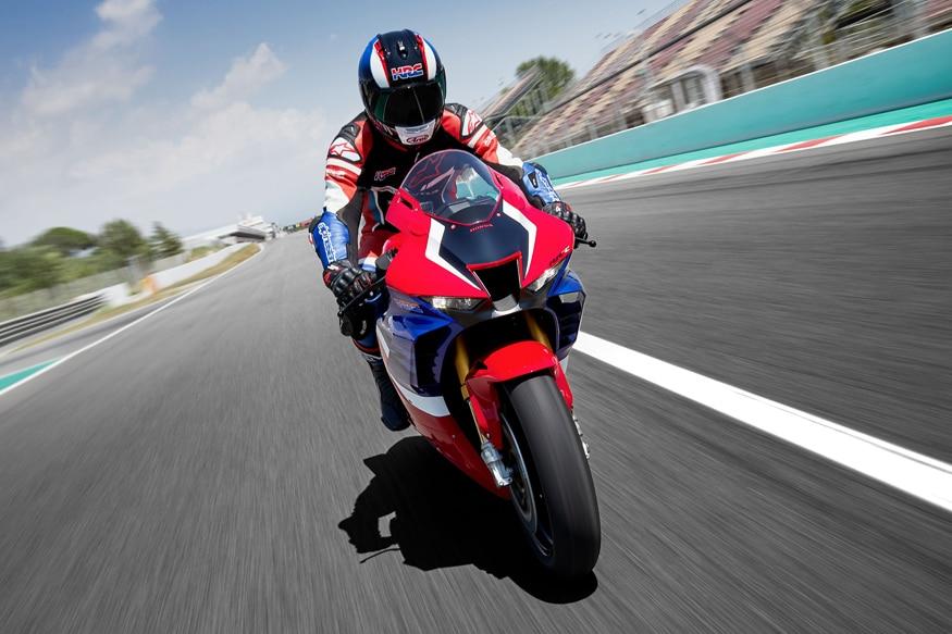 या बाइकमध्ये 16.1 लिटर इतकी इंधन क्षमता असलेली टाकी देण्यात आली आहे. 2020 Honda CBR1000RR-R ची किंमतही अंदाजे 17.41 लाख इतकी असणार आहे.