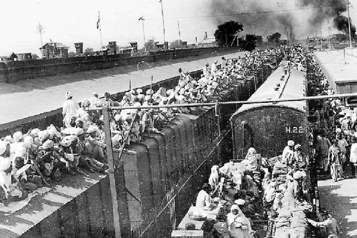 13 ऑगस्टला भारतात राहणाऱ्या मुस्लिम महिलांनी नवी दिल्ली रेल्वे स्टेशनहून पाकिस्तानला जाणारी ट्रेन पकडली. खचाखच भरलेल्या ट्रेनमधील या महिला पाकिस्तानात आपलं नवं घर पुन्हा उभं करण्यासाठी रवाना झाल्या. नवी दिल्ली स्टेशनवर काळजाला हात घालणारी ही दृश्यं पाहायला मिळाली.