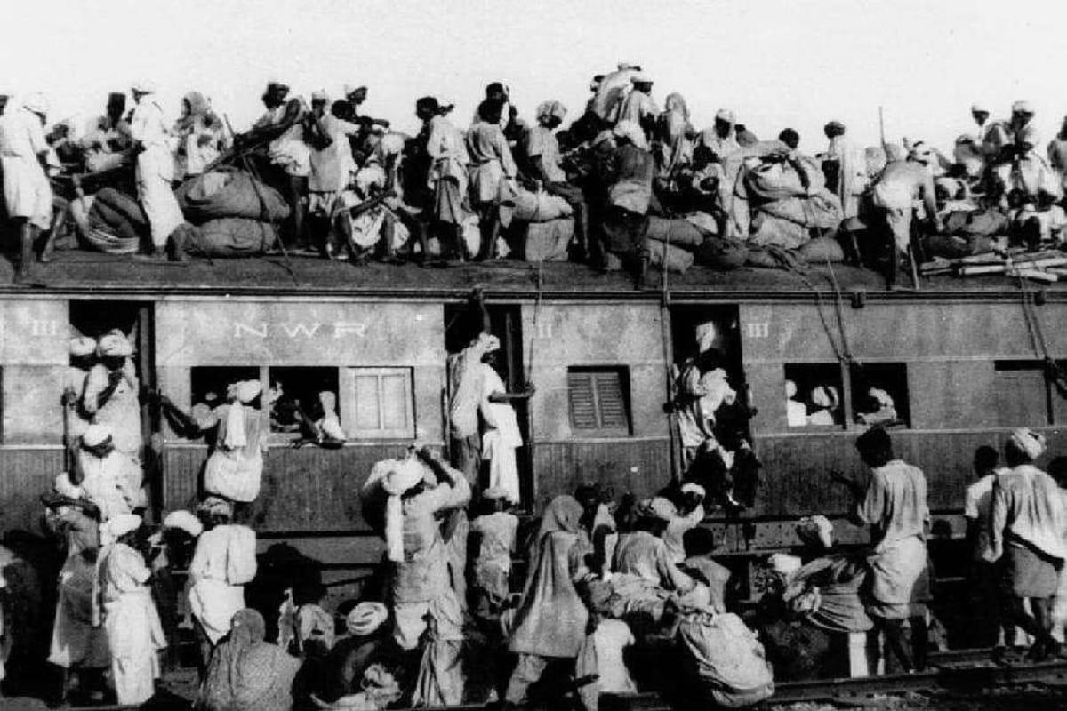 विभाजनामुळे दंगलीही भडकल्या होतं. लोक एकमेकांची हत्या करू लागले. पाकिस्तानाहून ज्या ट्रेन भारतात येत होत्या त्यातून मृतदेह मिळत होते. हिंदुस्तानातही मुस्लिमांना निशाणा बनवलं जात होतं.
